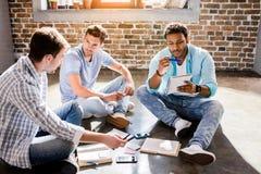 Jeune groupe professionnel travaillant sur le nouveau projet d'affaires dans le bureau de petite entreprise Photos libres de droits