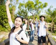 jeune groupe trimardant ensemble par la forêt Photos libres de droits