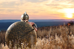 Jeune guerrier spartiate courageux posant dans le domaine Photo stock