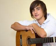 Jeune guitariste Images libres de droits
