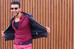 Jeune Guy Poses arabe beau sur l'appareil-photo, redresse la veste Images libres de droits