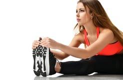 Jeune gymnastique de femme de sport faisant étirant la séance d'entraînement d'exercice de forme physique d'isolement sur un blan photographie stock