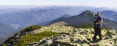 Jeune hausse de couples en montagnes carpathiennes Homme et femme se tenant sur paysage de regard supérieur de montagne le beau c Photo stock