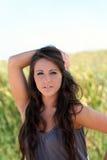 Jeune herbe verte de l'adolescence de verticale extérieure de femme Image libre de droits