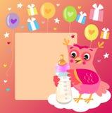 Jeune hibou mignon avec la bouteille à lait Carte bienvenue de bébé Illustration de vecteur Photos stock