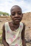Jeune Himba posant devant l'appareil-photo chez Epupa tombe dans Nami Image libre de droits