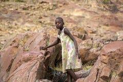 Jeune Himba posant devant l'appareil-photo chez Epupa tombe dans Nami Photos stock