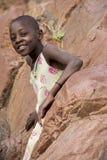 Jeune Himba posant devant l'appareil-photo chez Epupa tombe dans Nami Photographie stock
