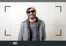 Jeune hippie attirant et homme à la mode de style dans l'enregistrement visuel de blogger de selfie et d'Internet images stock