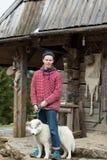 Jeune hippie avec le chien devant la maison en bois Photo libre de droits