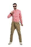 Jeune hippie barbu frais mettant sur des bretelles Photographie stock libre de droits
