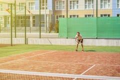 Jeune hippie sur la cour le joueur de tennis occasionnel image stock