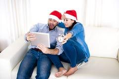 Jeune hispanique attrayante tard pour l'achat de cadeaux de Noël Image stock