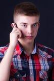 Jeune homme à l'aide d'un téléphone portable Photos stock