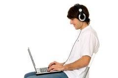 Jeune homme à l'aide de l'ordinateur portatif Image libre de droits