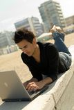 Jeune homme à l'aide de l'ordinateur portatif extérieur Photos libres de droits
