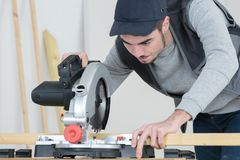Jeune homme à l'aide de la scie de circulaire image stock