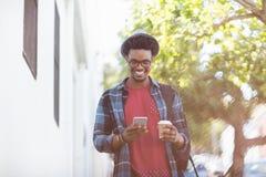 Jeune homme à l'aide du téléphone portable Photo stock