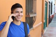 Jeune homme à l'aide du téléphone portable dehors photo libre de droits