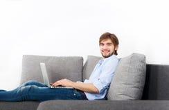Jeune homme à la maison Photos stock
