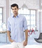 Jeune homme à la maison moderne à la mode Photo stock