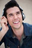 Jeune homme à la mode avec des écouteurs Photo stock