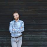 Jeune homme à la mode contre le mur en bois photo stock