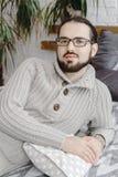 Jeune homme à lunettes bel de sembler aimable avec le portrait de barbe Image libre de droits