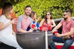 Jeune homme à un barbecue avec ses amis Images libres de droits