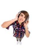 Jeune homme écoutant des écouteurs Images libres de droits