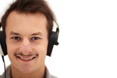 Jeune homme écoutant la musique Images libres de droits