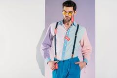 jeune homme élégant beau dans des lunettes de soleil avec des labels de vente Photo libre de droits