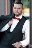 Jeune homme élégant dans un costume Portrait du marié Le marié tient sa veste sur son épaule Image libre de droits
