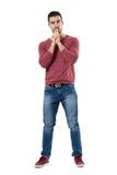 Jeune homme élégant de pensée avec le doigt au-dessus de la bouche regardant l'appareil-photo Photographie stock