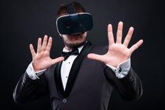Jeune homme élégant effrayé avec des lunettes de vr Image libre de droits