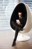 Jeune homme élégant faisant des emplettes en ligne avec le comprimé photographie stock libre de droits