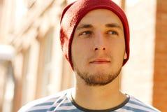 Jeune homme élégant moderne avec le chapeau rouge Photos stock