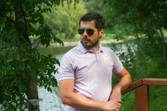 Jeune homme élégant se tenant près d'un rivage Photos libres de droits