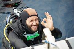 Jeune homme étant prêt pour la plongée à l'air Images stock