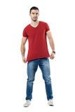 Jeune homme étirant et montrant l'espace rouge de copie de blanc de T-shirt Photos libres de droits