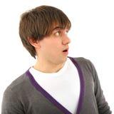 Jeune homme étonnant de verticale regardant au côté image libre de droits