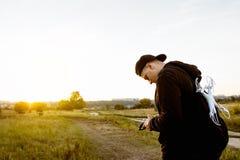 Jeune homme étudiant l'émetteur de rc, l'espace libre Images libres de droits
