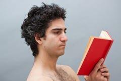Jeune homme étudiant pour des examens Images stock