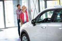 Jeune homme acheté son épouse une nouvelle voiture Images stock