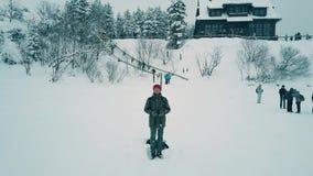 Jeune homme actionnant un bourdon les vacances, vue de paysage d'hiver d'appareil-photo d'UAV Photos libres de droits