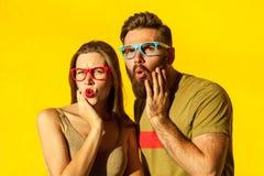 Jeune homme adulte barbu et belle fille couverte de taches de rousseur Image stock