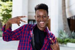 Jeune homme adulte de pose heureux d'afro-américain photo libre de droits