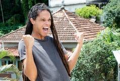 Jeune homme adulte latino-américain encourageant avec des dreadlocks images libres de droits