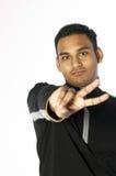 Jeune homme affichant deux doigts Photo libre de droits