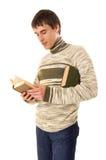 Jeune homme affichant le livre Photo stock
